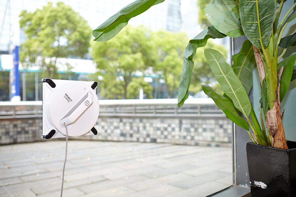 Fensterputzroboter in Aktion: Der Ecovacs-WINBOT-950-Fensterreinigungsroboter